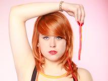 Menina de Redhair que guarda doces doces da geleia do alimento no rosa Imagem de Stock