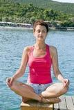 Menina de relaxamento na posição da ioga Fotografia de Stock