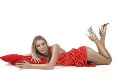 Menina de relaxamento no vestido vermelho Imagens de Stock Royalty Free