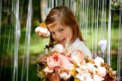Menina de riso bonita com flores fotografia de stock