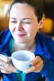 Menina de riso com um copo do chá Sorriso alegre Foto de Stock