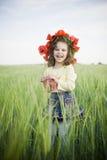 Menina de riso na grinalda floral fotos de stock royalty free
