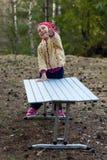 Menina de riso na madeira Emoções alegres Fotografia de Stock Royalty Free