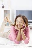 Menina de riso que fala no móbil imagens de stock royalty free
