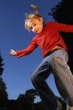 Menina de salto Fotografia de Stock Royalty Free