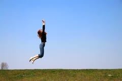 A menina de salto Fotos de Stock Royalty Free