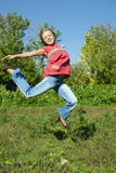 Menina de salto de sorriso feliz imagens de stock