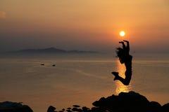 Menina de salto do nascer do sol Fotografia de Stock
