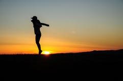 Menina de salto na terra Fotografia de Stock