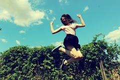 Menina de salto no verão fotos de stock royalty free