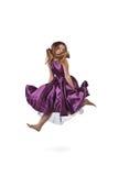Menina de salto no vestido violeta Foto de Stock