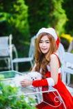 Menina de Santa do asiático com cachorrinho Imagem de Stock Royalty Free