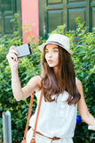 Menina de Selfie que amua com bicicleta Fotografia de Stock