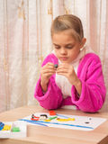 A menina de sete anos com entusiasmo esculpe fotografia de stock royalty free