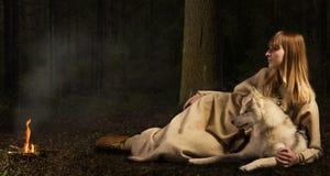Menina de Slavonian e cão de puxar trenós siberian na floresta profunda Imagens de Stock Royalty Free