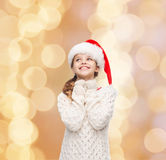 Menina de sonho no chapéu do ajudante de Santa Imagens de Stock Royalty Free