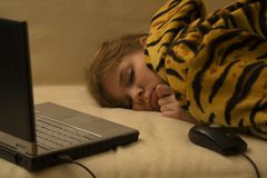Menina de sono com caderno e rato Fotos de Stock