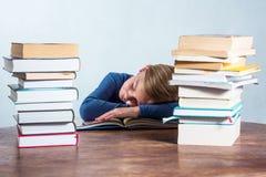 Menina de sono com o livro no fundo branco Imagens de Stock