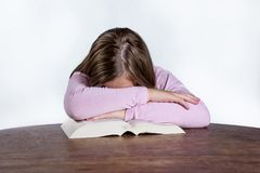 Menina de sono com o livro no fundo branco Fotos de Stock Royalty Free