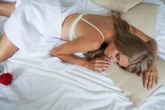A menina de sono na cama vê sonhos Fotos de Stock Royalty Free