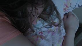 Menina de sono que dorme na cama filme