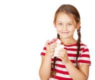 A menina de sorriso abre uma caixa Foto de Stock Royalty Free