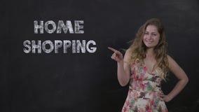 Menina de sorriso agradável que faz compras do conforto da casa, compra em linha vídeos de arquivo