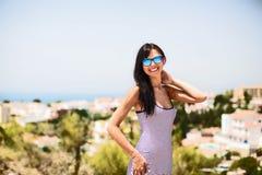 Menina de sorriso bonita com óculos de sol Imagens de Stock