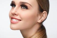 Menina de sorriso bonita com composição da beleza e as pestanas longas imagens de stock