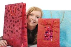 Menina de sorriso bonita com sacos de compra.   Fotos de Stock Royalty Free
