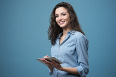 Menina de sorriso bonita com tabuleta Foto de Stock Royalty Free