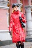 Menina de sorriso bonita em revestimentos e no chapéu vermelhos imagens de stock