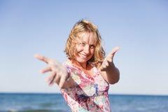 Menina de sorriso bonita na praia Fotos de Stock