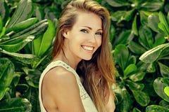 Menina de sorriso bonita no jardim verde - ascendente próximo foto de stock royalty free
