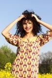 Menina de sorriso bonita nova despreocupada feliz que anda no campo Imagem de Stock Royalty Free