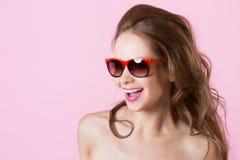Menina de sorriso bonita nova nos vidros Imagens de Stock