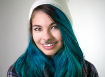 Menina de sorriso bonita que olha em linha reta na câmera Imagens de Stock Royalty Free