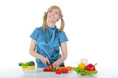 Menina de sorriso bonita que prepara o pequeno almoço no   Fotografia de Stock