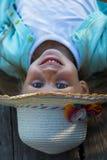 Menina de sorriso bonito em um chapéu fim Conceito da infância Fotos de Stock