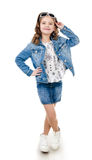 Menina de sorriso bonito na saia com óculos de sol fotos de stock royalty free