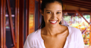 Menina de sorriso caucasiano milenar que levanta para um retrato fora imagens de stock royalty free