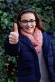 Menina de sorriso com 12 anos velho no jardim Fotos de Stock