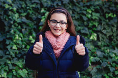 Menina de sorriso com 12 anos velho no jardim Foto de Stock Royalty Free