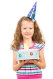Menina de sorriso com bolo de aniversário Foto de Stock