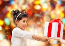 Menina de sorriso com caixa de presente Foto de Stock Royalty Free