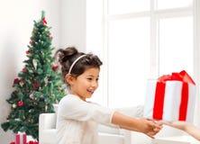 Menina de sorriso com caixa de presente Fotografia de Stock Royalty Free