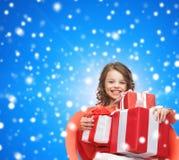 Menina de sorriso com caixas de presente Foto de Stock Royalty Free