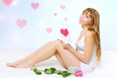Menina de sorriso com cartão do Valentim Fotos de Stock