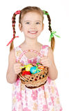 Menina de sorriso com a cesta completa do iso colorido dos ovos da páscoa fotos de stock