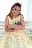 Menina de sorriso com coelho fotos de stock royalty free